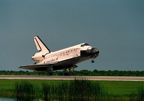800px-STS-105_landing