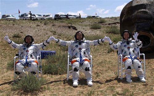 Astronauts-glowna-5487b